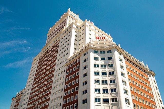 Fachada del nuevo hotel de Riu en el edifico España.