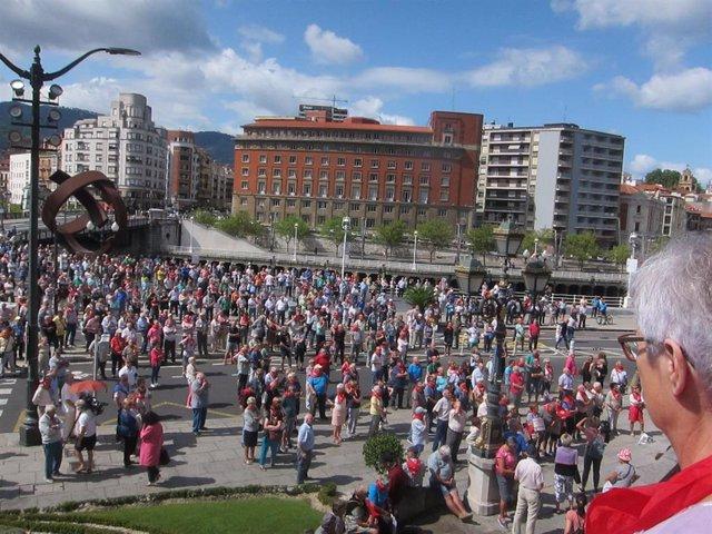 Pensionistas ante el Ayuntamiento de Bilbao