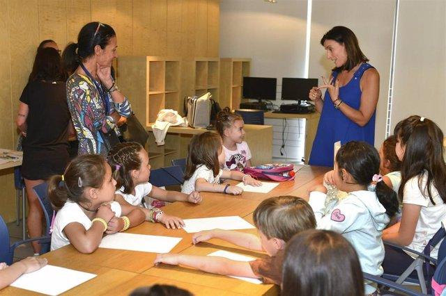 La alcaldesa Gema Igual visita un campus de verano en el centro cívico del Río de la Pila