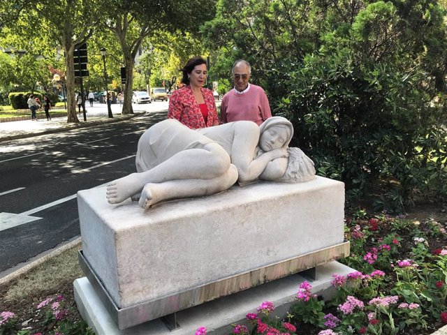 La vicealcaldesa y la escultura La Siesta