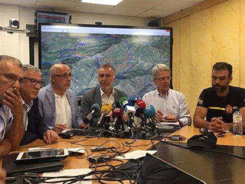 El presidente del Gobierno de Canarias, Ángel Víctor Torres, flanqueado por el consejero canario de Seguridad y Emergencias, Julio Pérez, y el presidente del Cabildo de Gran Canaria, Antonio Morales, entre otros