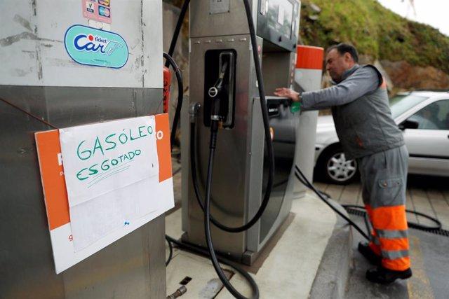 Escasez de combustible en una gasolinera de Oporto (Portugal)