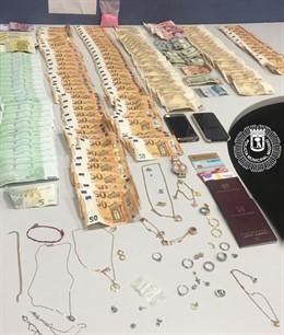 Dinero y joyas requisadas por la Policía Municipal y Nacional en el aeropuerto de Barajas a tras personas que intentaban huir de España