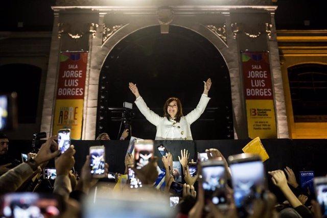 Cristina Fernandez de Kirchner , expresidenta argentina, saludando a sus seguidores en la presentación de su libro 'Sinceramente'. Photo: Nicolas Villalobos/dpa