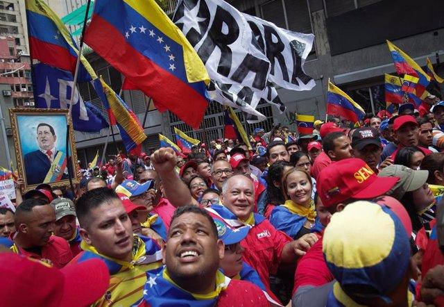Diosdado Cabello junto a una multitud chavista