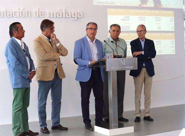 Francisco Salado, presidente de Turismo Costa del Sol y la Diputación de Málaga, en el centro, junto a miembros del Foro de Turismo de la Costa del Sol