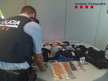 Els Mossos detenen dos homes mentre intentaven robar a l'interior d'un cotxe a Salou