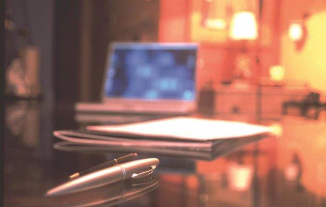 Ordenador en una mesa de hotel