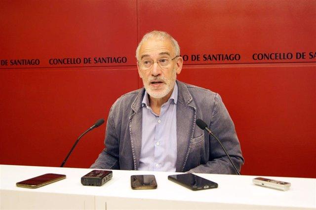 El portavoz del gobierno municipal de Santiago, Gumersindo Guinarte, en rueda de prensa.