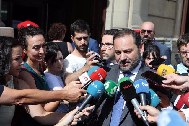 El ministre de Foment en funcions, José Luis Ábalos, atén als mitjans de comunicació.