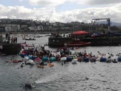 """Un total de 1.500 """"piratas"""" participan en el """"abordaje"""" de Aste Nagusia en la bahía de La Concha de San Sebastián"""