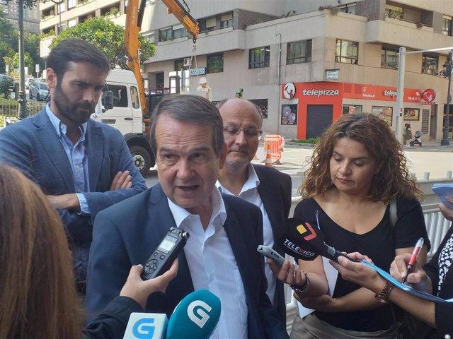 El alcalde de Vigo, Abel Caballero, en declaraciones a los medios en la calle García Barbón, junto a los concejales Gorka Gómez y Abel Losada.