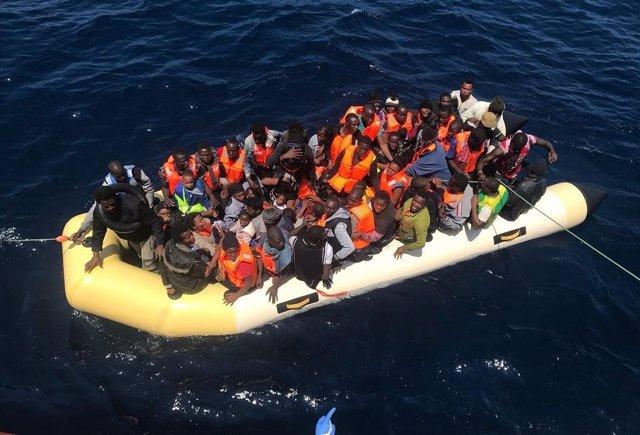 Personas rescatadas por Salvamento Marítimo en una imagen de archivo