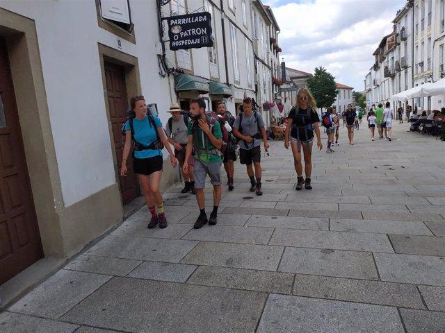 Peregrinos a escasos metros de la Catedral de Santiago de Compostela.