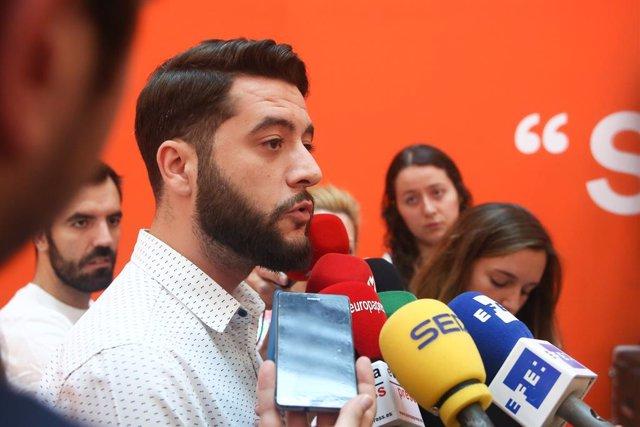 El 'número dos' de Ciudadanos en la Comunidad de Madrid, César Zafra, atiende a los medios de comunicación para analizar la actualidad política en la Sede nacional de Cs ubicada en la Calle Alcalá de Madrid.