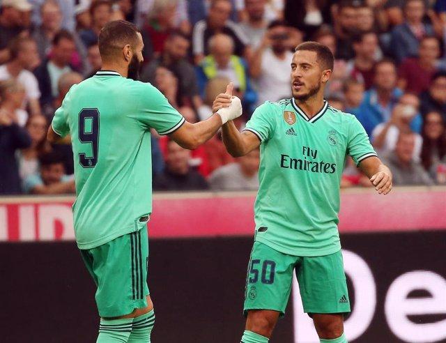 Hazard, felicitado por Benzema tras su gol ante el Salzburgo