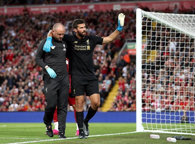 Alisson deja el césped de Anfield tras su lesión ante el Norwich