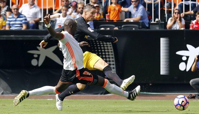 Mangala intenta cortar un disparo de Fernnando Torres en un Valencia-Atlético de la temporada 2016-2017