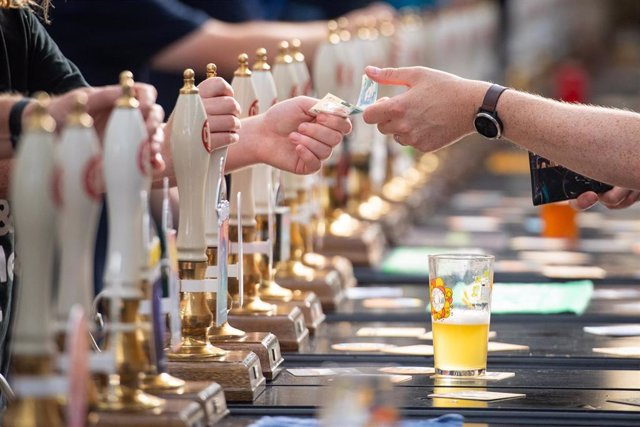 07 August 2019, England, London: A bar staff serves drinkers at the Great British Beer Festival 2019 at Olympia. Photo: Dominic Lipinski/PA Wire/dpa