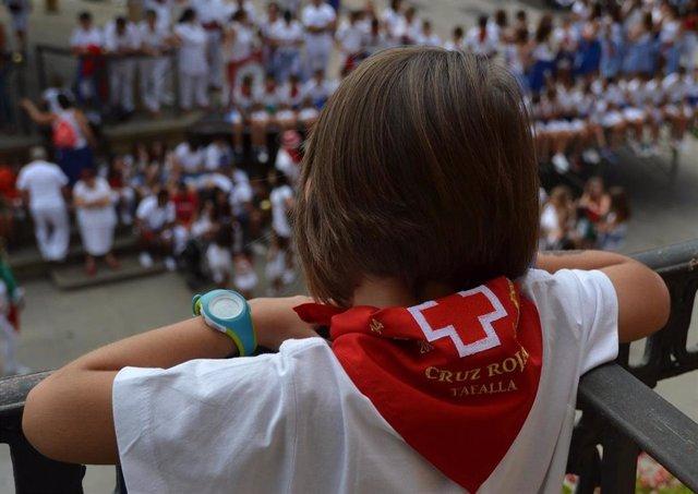 Una niña con un pañuelo de Cruz Roja en fiestas de Tafalla