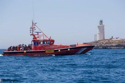 Rescatados tres menores que navegaban en una patera en el Estrecho de Gibraltar
