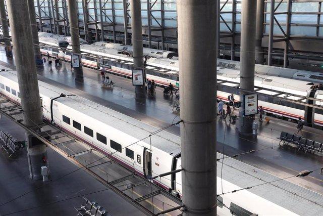 Vista de trenes en la estación de tren Puerta de Atocha de Madrid durante la primera de las cuatro jornadas de paros parciales de Renfe a los que el sindicato CGT ha convocado a los trabajadores de la compañía, que coincide con uno de los principales días