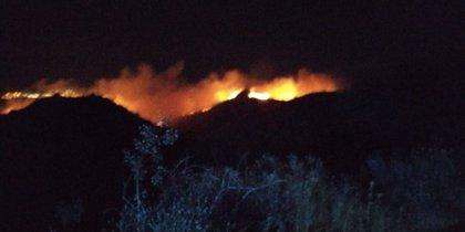 Un incendio en Telde (Gran Canaria) obliga a desalojar a vecinos de la zona de Cazadores durante la noche