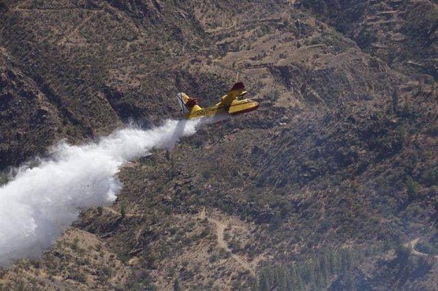Apagafuego del Ejército del Aire en el incendio de Artenara