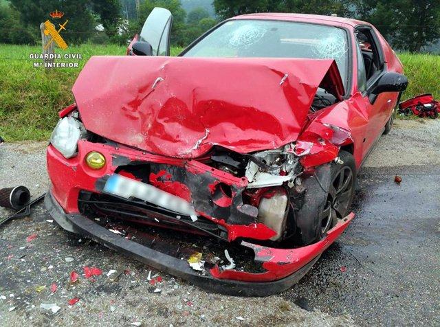 Estado de uno de los coches accidentados en Selaya