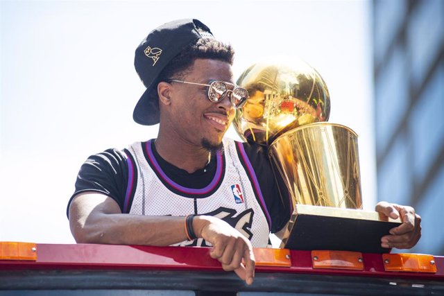 17 June 2019, Canada, Toronto: Toronto Raptors' Kyle Lowry hold the Larry O'Brien NBA Championship Trophy as the team celebrates on open-top buses during the victory parade after winning the 2018-19 NBA season. Photo: Eduardo Lima/ZUMA Wire/dpa