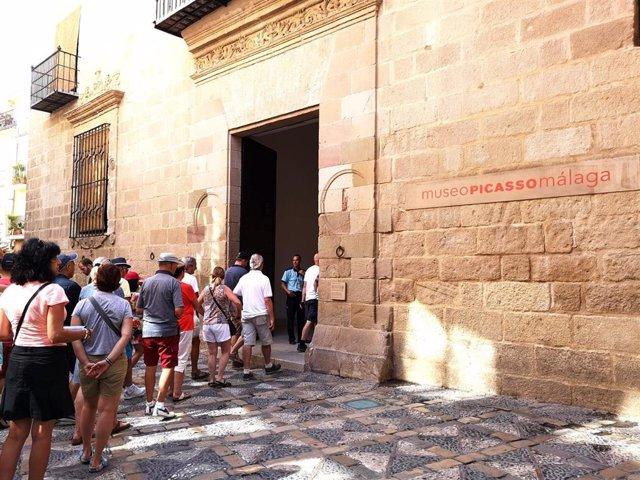 Visitantes esperan para acceder al Museo Picasso Málaga (MPM)