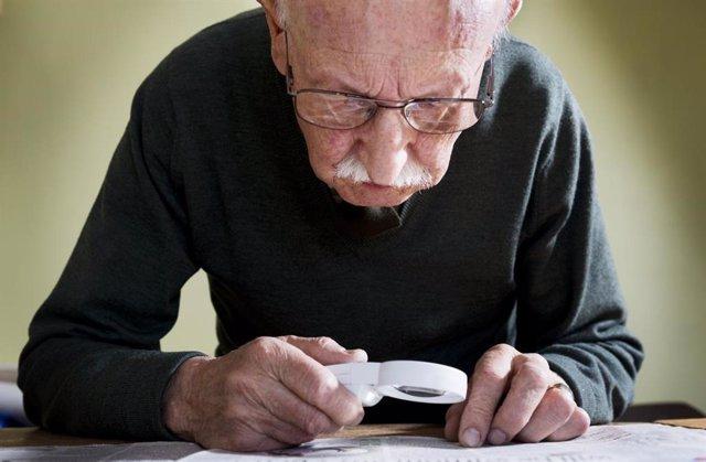 Persona gran, llegint (Arxiu)