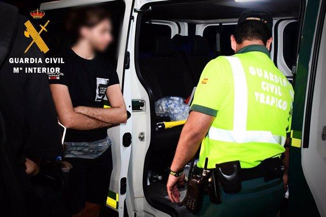 Un asistente al festival espera el resultado de los test de drogas y alcohol