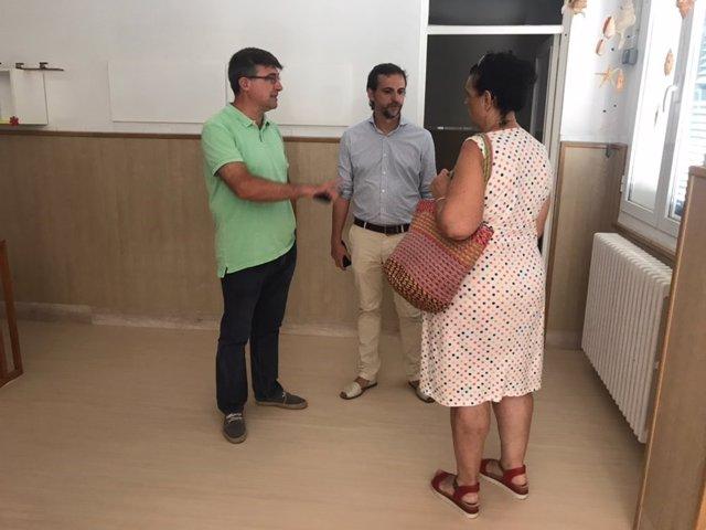 El regidor de Educació y Política Lingüística, Llorenç Carrió, visitant una escola d'educació infantil.