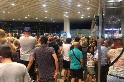 Prop de 200 passatgers de l'aeroport del Prat amb destí Egipte es queden sense volar després d'esperar més de deu hores