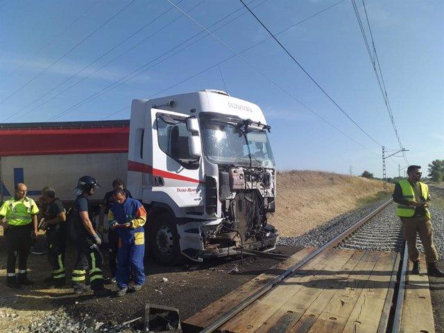 Estado del camión tras su colisión en Husillos (Palencia) con un tren Alvia, sin que se produjeran desgracias personales.