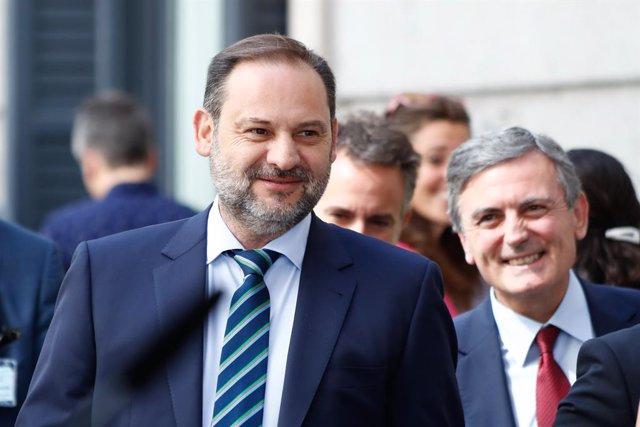 (I-D) El ministre de Foment en funcions, José Luis Ábalos i el secretari d'Estat de Transports en funcions, Pedro Saura, arriben a la primera sessió del debat d'investidura del candidat socialista a la Presidncia del Govern.