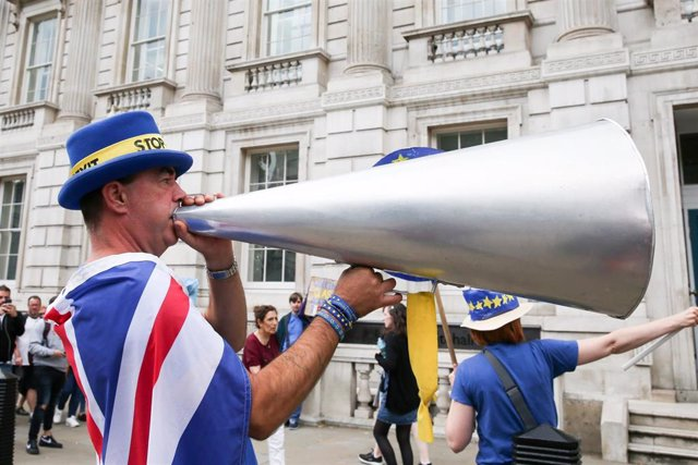 06 August 2019, England, London: Pro-EU campaigner Steven Bray with a megaphone while wearing a 'Stop Brexit' hat protesting outside Cabinet Office in Whitehall. Photo: Dinendra Haria/SOPA Images via ZUMA Wire/dpa