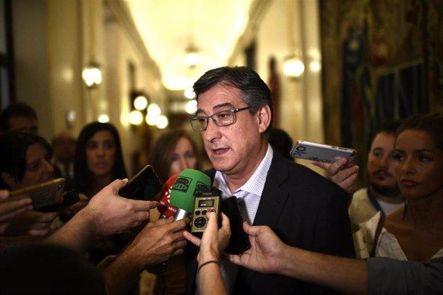 El vicepresidente cuarto de la mesa del Congreso de los Diputados, José Ignacio Prendes (Ciudadanos), atiende a los medios de comunicación en los pasillos del Congreso.