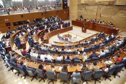 Arranca la primera sesión del pleno de investidura de Ayuso con un minuto de silencio por la muerte de un exdiputado