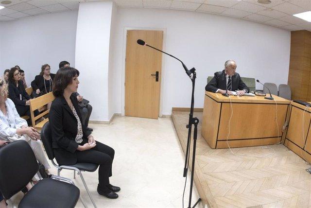 Juana Rivas, en imagen de archivo, en la sala del Juzgado de lo Penal 1 de Granada, donde estaba previsto su enjuiciamiento por dos delitos de sustracción de menores