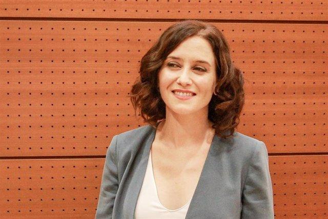 La candidata del PP a la Presidencia de la Comunidad, Isabel Díaz Ayuso, en la Asamblea de Madrid, antes de la primera sesión del segundo pleno de su investidura.
