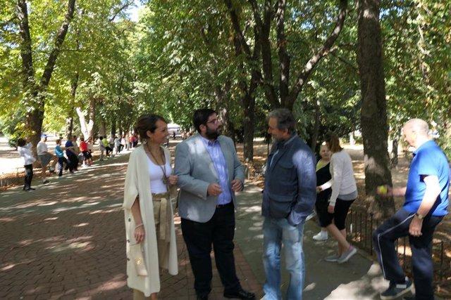 El alcalde de Ávila, Jesús Manuel Sánchez Cabrera, visita a los participantes en programa de animación de verano