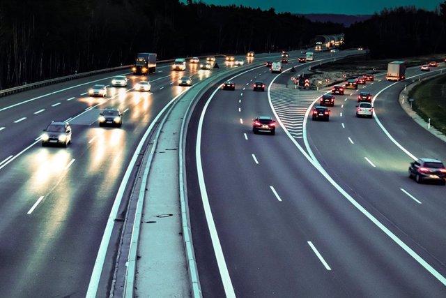 Tráfico de coches en una autopista