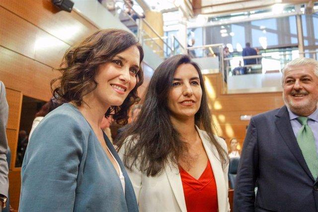 La candidata del PP a la Presidencia de la Comunidad, Isabel Díaz Ayuso (i) posa con la portavoz de Vox en la Asamblea de Madrid, Rocío Monasterio, antes de la primera sesión del segundo pleno de su investidura.