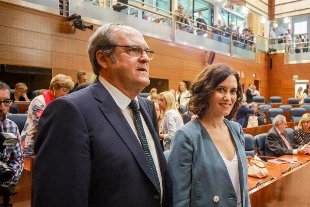 El portavoz del PSOE en la Asamblea de Madrid, Ángel Gabilondo y la candidata del PP a la Presidencia de la Comunidad de Madrid, Isabel Díaz Ayuso, antes de la primera sesión del segundo pleno de la investidura de Ayuso.