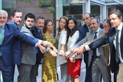 Los diputados de Vox se suman a la campaña de la pulsera de España tras la agresión de un joven afiliado en Madrid
