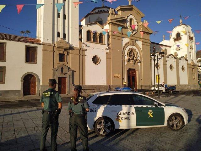 Agente de la Guardia Civil ante la Basílica de Ntra. Sra. De Candelaria