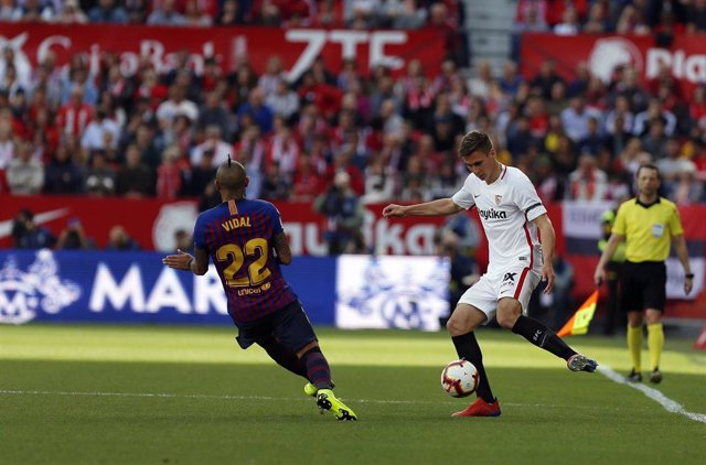 23 February 2019, Spain, Seville: Barcelona's Arturo Vidal (L) and Sevilla's Maximilian Wober battle for the ball during the Spanish Primera Division soccer match between Sevilla FC and FC Barcelona at Estadio Sanchez Pizjuan. Photo: Manu Reino/SOPA Image