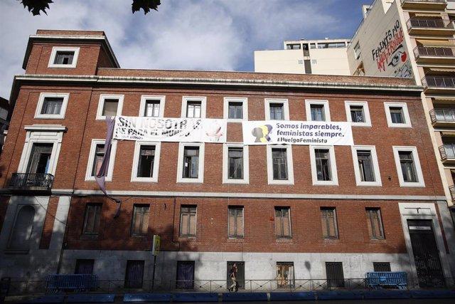 Imagen del edificio  ubicado en la calle Gobernación con paseo del Prado okupado por La Ingobernable en Madrid. Vacío desde el año 2012, el edificio acogió dependencias de la Universidad Nacional de Educación a Distancia (UNED) y un centro de salud para R